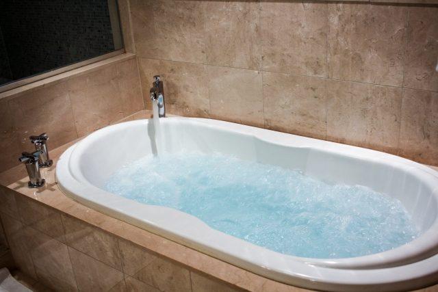 ホテルに泊まりに行くと嘘をついた彼氏はケバイ下着をつけた女と風呂で泡だらけ
